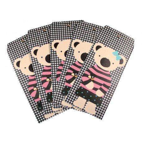Pochette cadeau - Ourson beige en pull rayure rose et noir sur un fond à motif des carreaux noir et blanc