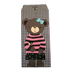 Pochette cadeau - Ourson brun en pull rayure rose et noir sur un fond à motif des carreaux couleur chocolat